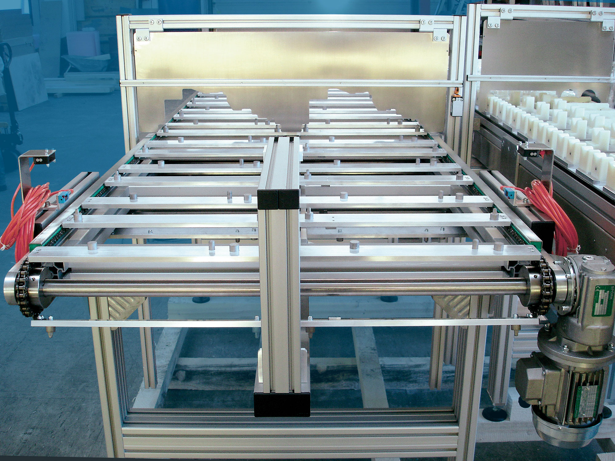 A chain conveyor with product specific holding fixtures for gear shafts